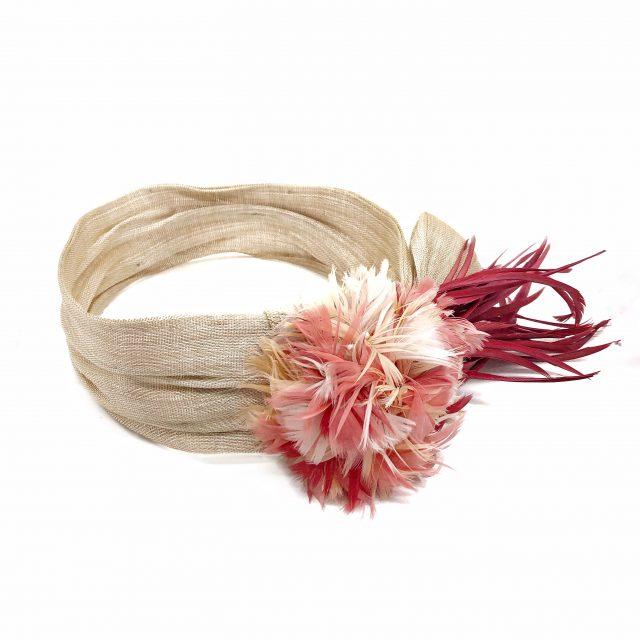 Turbante Beige con Flor y Plumas Rojas
