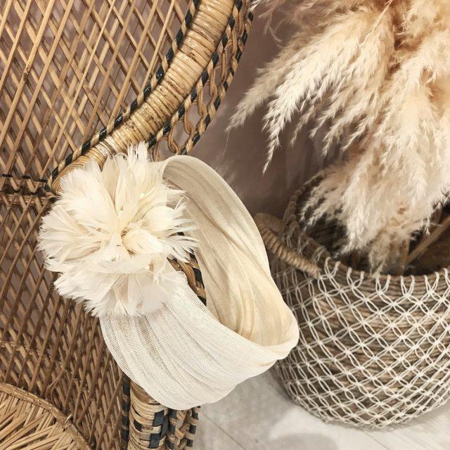 Turbante Beige con Plumas Nude