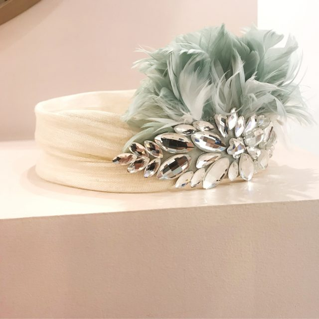 Turbante Beige con Plumas Mint y Cristal