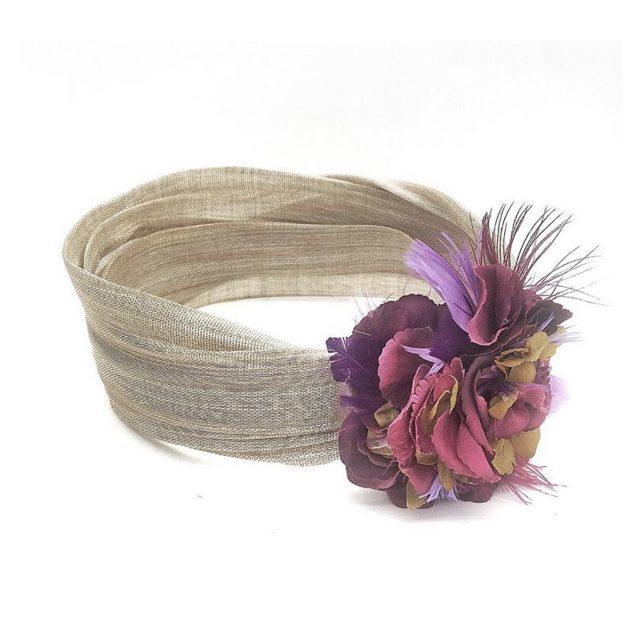 Turbante Beige con Flor y Plumas Moradas