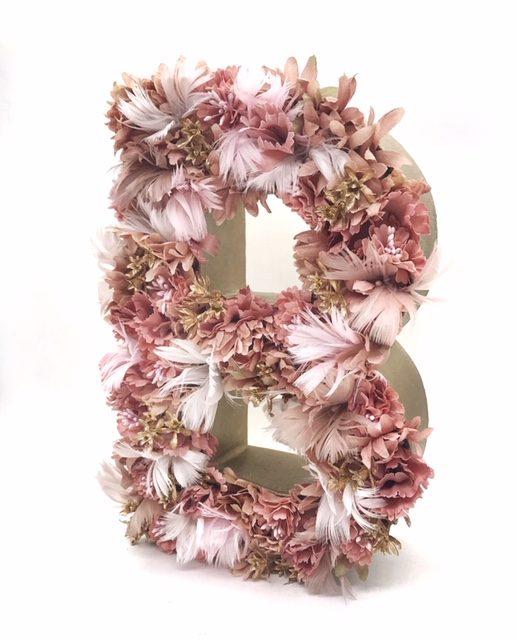 Letra de flores y plumas