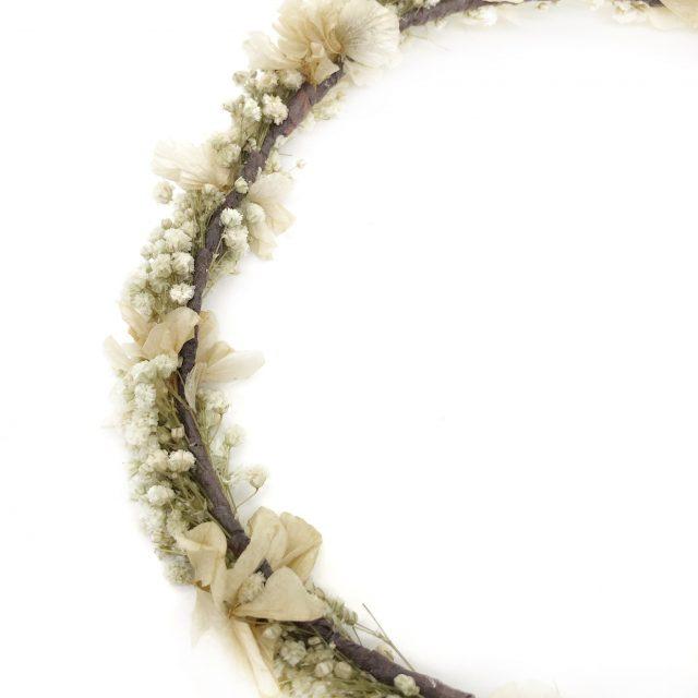 Corona de Flores con Lazo Crudo y Blanco