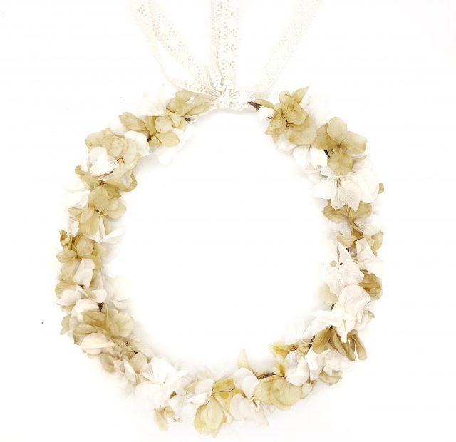 Corona de Flores con Lazo Blanco y Beige