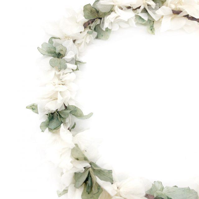 Corona de Flores con Lazo Verde y Blanco